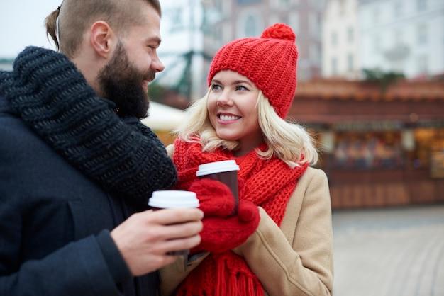 Gorgée de café chaud pour se réchauffer