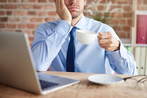 Une gorgée de café un jour fatigant