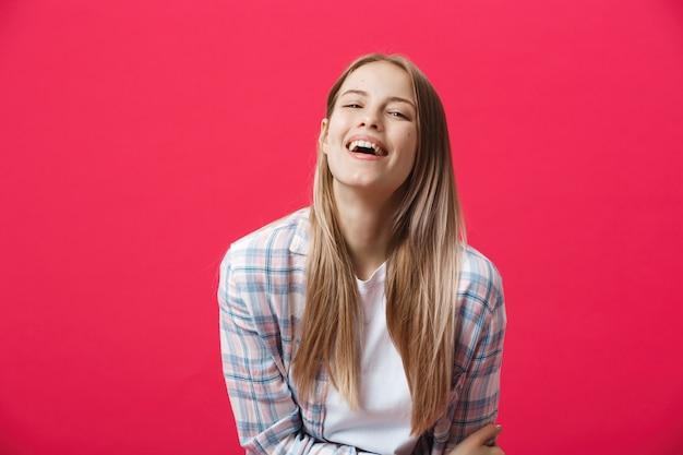 Gorgeours jeune femme de race blanche avec une peau propre en bonne santé et bel ensemble de fonctionnalités sur fond rose