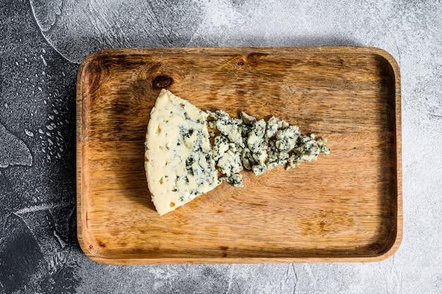 Gorgonzola au fromage bleu sur un fond en bois rustique. fromage moulé