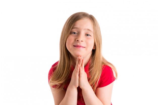 Gosse blond fille priant le geste des mains en blanc
