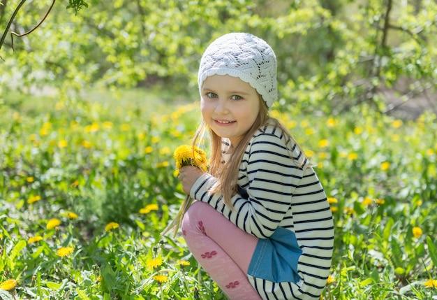 Gosse, séance, jardin, jaune, fleurs