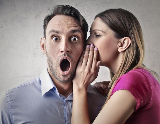 Gossip un secret à quelqu'un