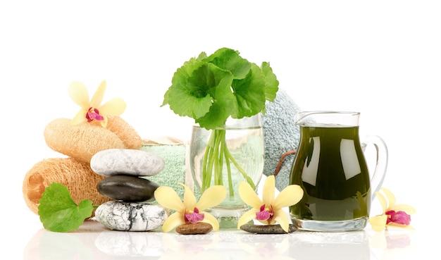 Gotu kola ou centella asiatica feuilles vertes et extraites isolés sur blanc.