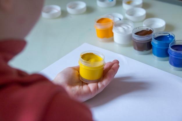 Gouache et eau pour peinture et dessin d'enfant.