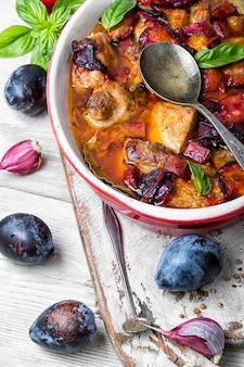 Goulache de viande à la sauce aux prunes