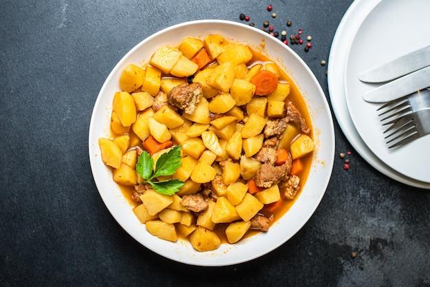 Goulasch aux pommes de terre et à la viande cuit de légumes et de porc