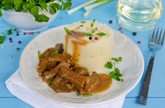 Goulasch de boeuf avec purée de pommes de terre