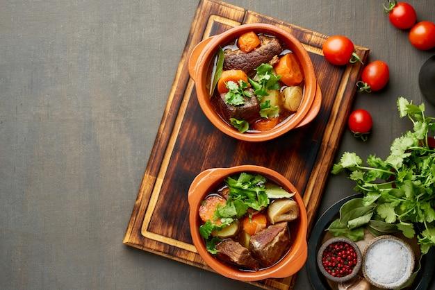 Goulasch avec gros morceaux de boeuf et légumes.