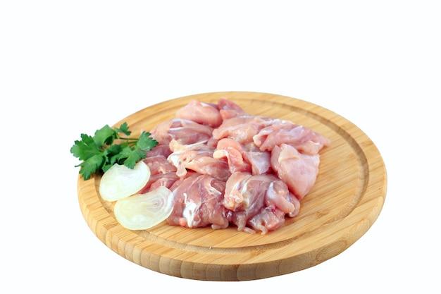 Goulasch de poulet cru sur fond blanc