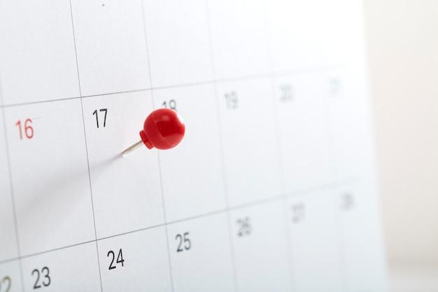 Goupille rouge sur le calendrier pour rappeler