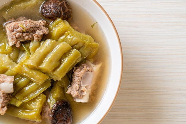 Gourde amère avec soupe de côtes levées de porc, style cuisine asiatique