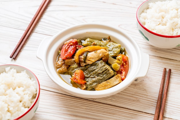 Gourde amère et soupe verte moutarde confite au porc