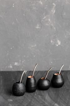 Gourdes noires avec pailles en métal sirotées