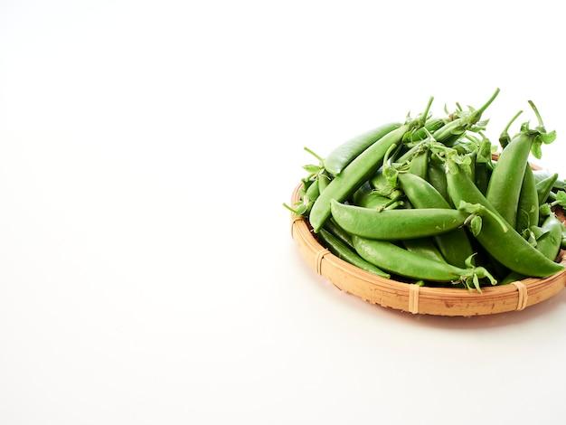 Gousse de pois verts dans un récipient en bambou