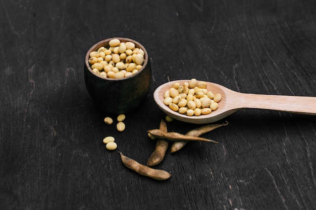 Gousse de soja, récolte de graines de soja. soja sur bois. style rustique