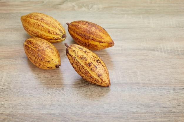 Gousses de cacao fraîches sur la table