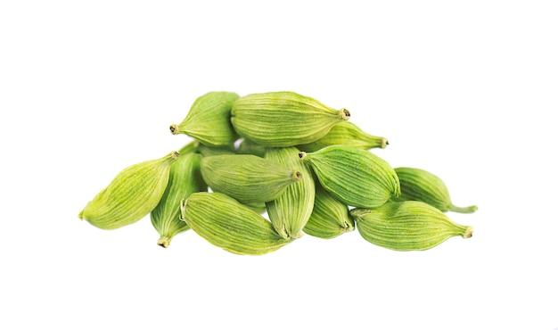 Gousses de cardamome isolés sur blanc. graines de cardamone verte. chemin de détourage.
