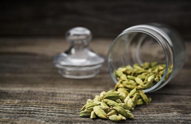 Gousses de cardamome verte sur une table en bois gris