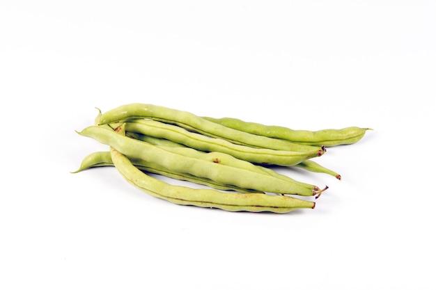 Gousses de haricots verts sur fond blanc