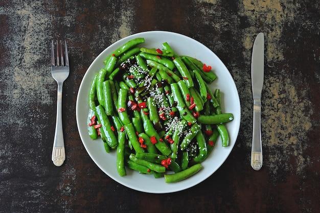 Gousses de pois verts avec piment et sésame. gousses vertes à la chinoise.