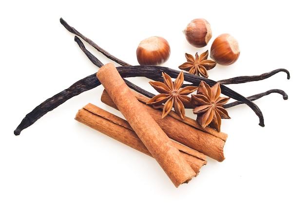 Gousses de vanille, cannelle et anis, noisette