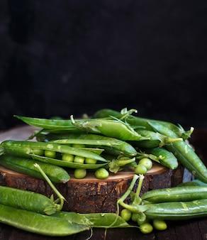 Gousses vertes fraîches du marché de producteurs sur une table en bois