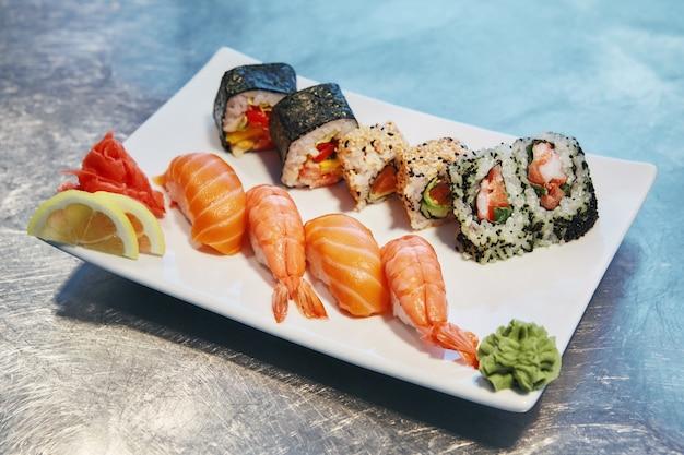 Goût du japon en gros plan d'un ensemble de sushis aux fruits de mer japonais