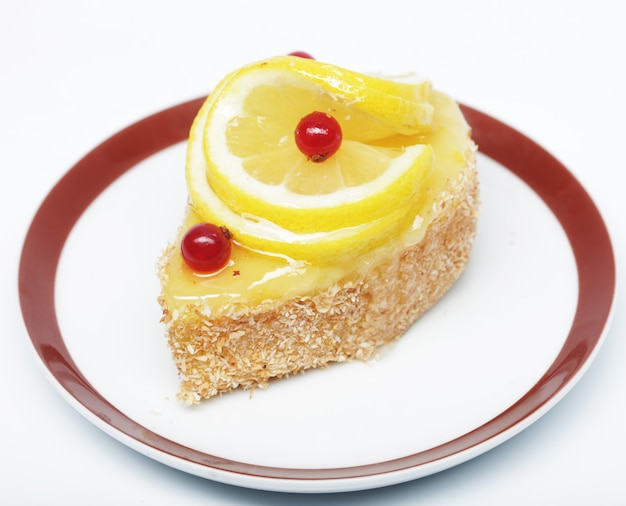 Goûter le gâteau décoré de citron