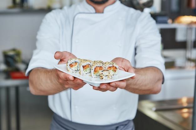 Goûts authentiques en gros plan du chef cuisiné des sushis japonais traditionnels