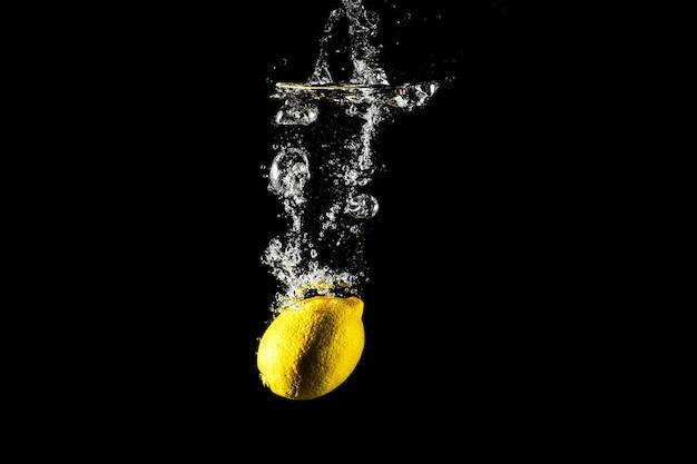 Goutte de citron dans l'eau