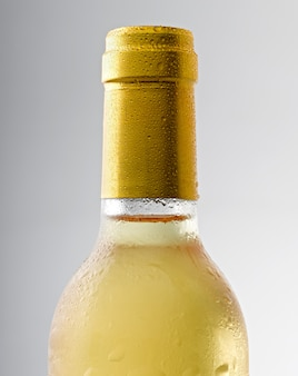 Goutte d'eau sur une bouteille de vin blanc