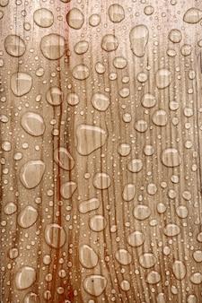Goutte d'eau sur un fond en bois