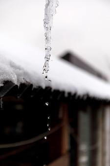 Goutte d'eau de glace en plein air sans soleil.
