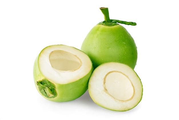 Goutte d'eau de noix de coco verte sur une surface blanche