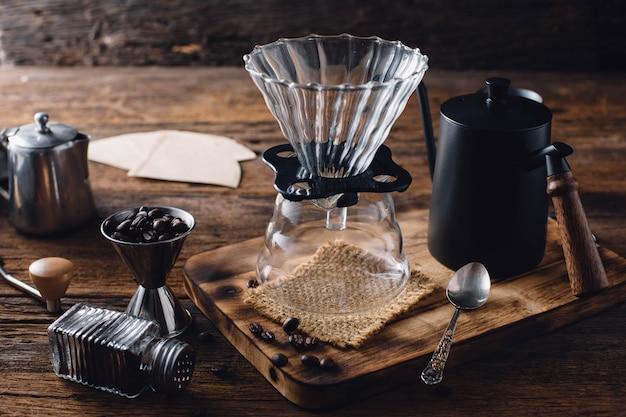 Goutte à goutte de café sur la table en bois
