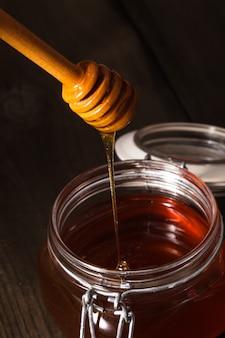 Goutte de miel en pot sur la table