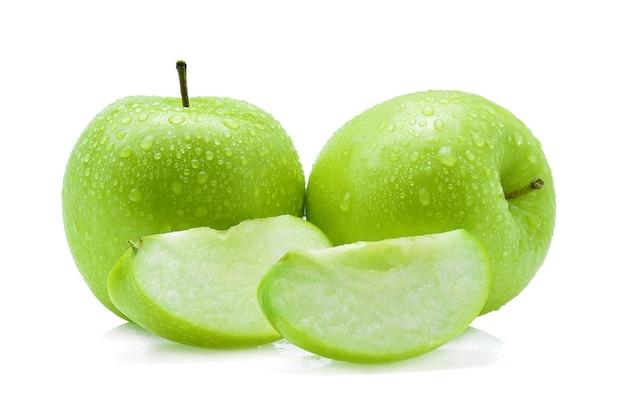 Goutte de pomme verte d'eau sur fond blanc