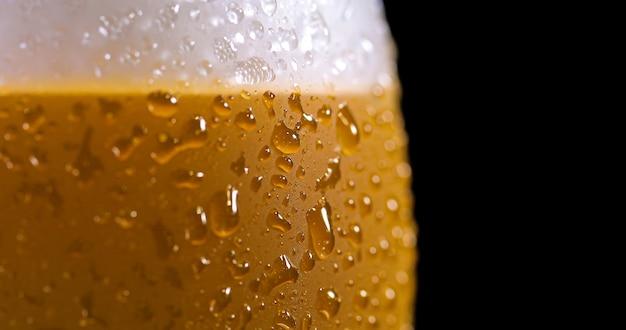 Gouttelettes sur une bière fraîchement coulée détail macro délicieux flou