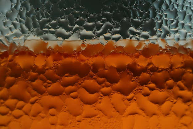 Gouttelettes d'eau de condensation sur le verre transparent de boisson non alcoolisée