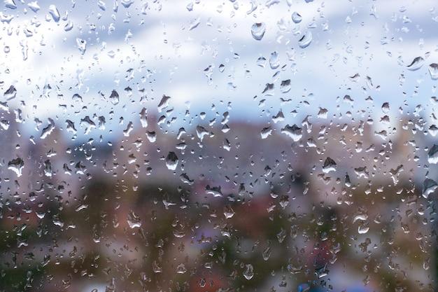 Gouttelettes d'eau sur le verre sous la pluie. goutte de pluie d'eau sur les vitres. donne une sensation de fraîcheur.
