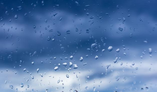 Gouttelettes d'eau sur le verre sous la pluie.