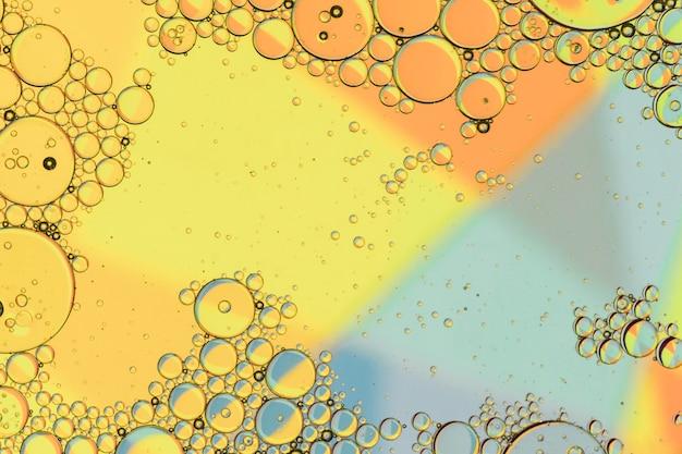 Gouttelettes d'huile à la surface de l'eau