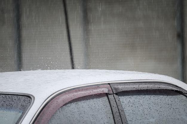 Gouttelettes de pluie sur la voiture de toit en saison des pluies