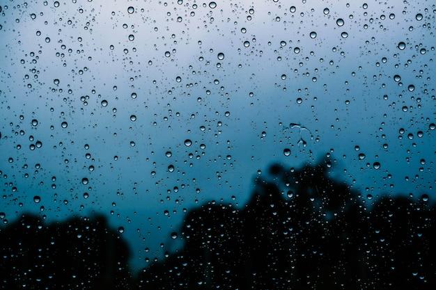 Gouttelettes sur le verre en saison des pluies.
