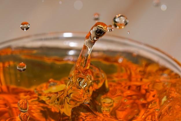 Gouttes et bulles de bière légère dans une balle de verre macrophotographie en gros plan