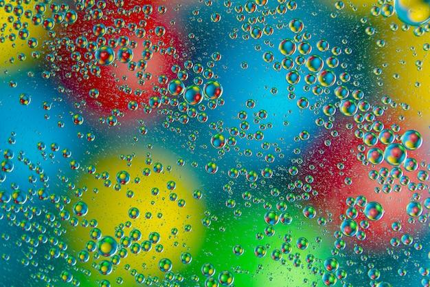 Gouttes d'eau colorées sur verre