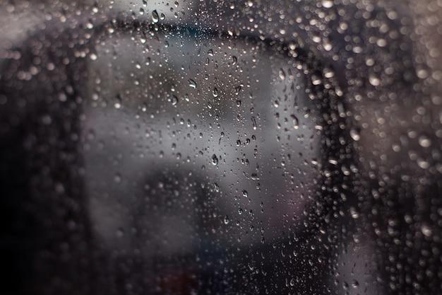 Gouttes d'eau dans le verre de la voiture