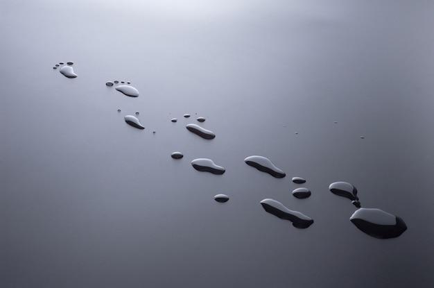 Des gouttes d'eau éclaboussées sous forme de traces de pieds humains