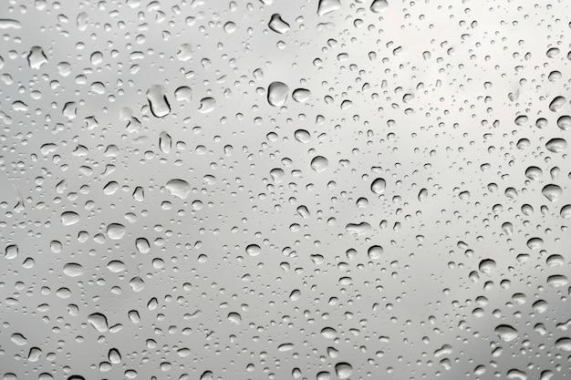 Gouttes d'eau sur le fond de la fenêtre en verre.